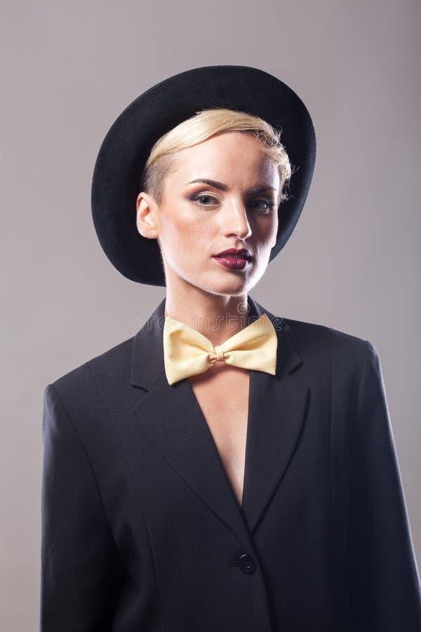 Piękna kobieta jest ubranym kapelusz na szarym tle zdjęcie stock