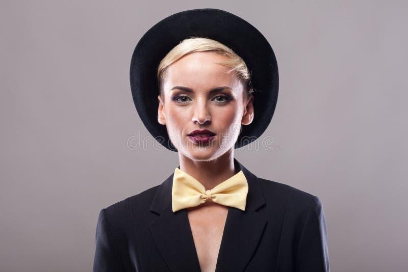 Piękna kobieta jest ubranym kapelusz na szarym tle zdjęcia stock