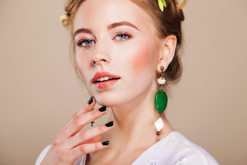 Piękna kobieta jest ubranym kolczyki z perfect makeup zdjęcie royalty free