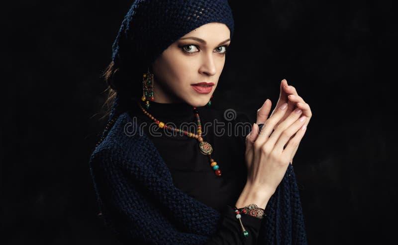Piękna kobieta jest ubranym mody jewellery obrazy royalty free