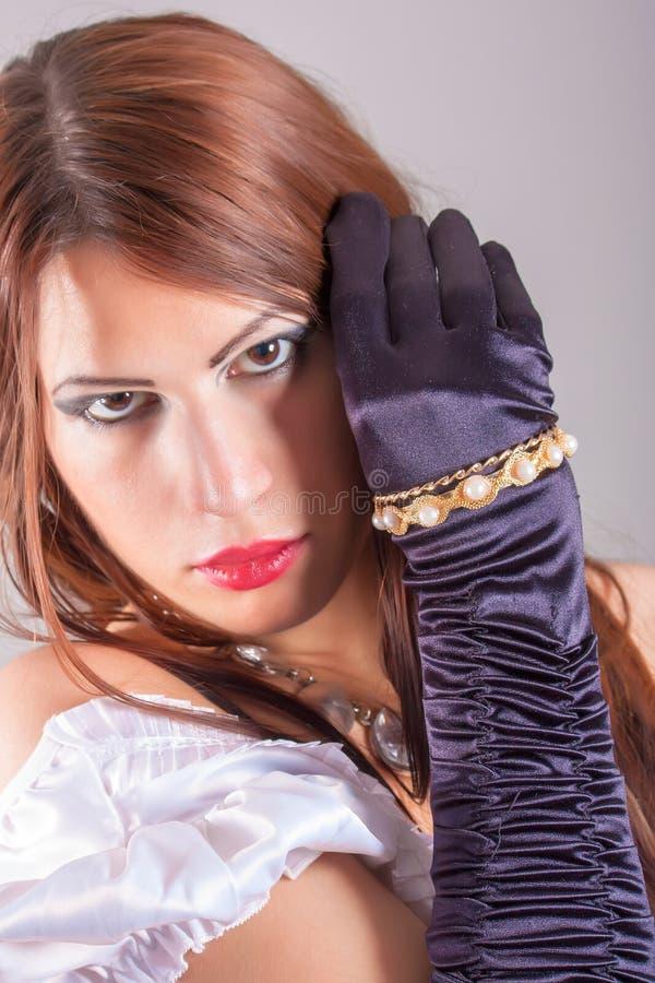 Piękna kobieta jest ubranym pierścionki zdjęcia royalty free