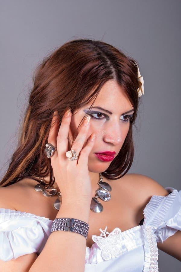 Piękna kobieta jest ubranym pierścionki i kolię obraz royalty free