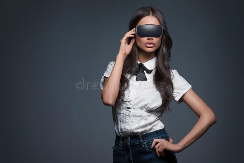 Piękna kobieta jest ubranym rzeczywistość wirtualna gogle fotografia stock
