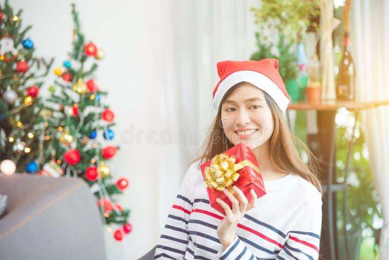 Piękna kobieta jest ubranym Santa Claus kapeluszu ono uśmiecha się fotografia royalty free