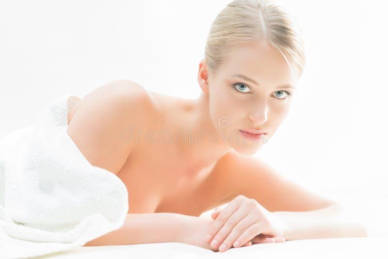 Piękna kobieta kłaść na macie w piękno salonie fotografia stock
