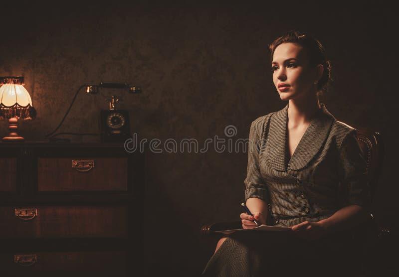 Piękna kobieta komponuje list w retro wnętrzu obraz royalty free