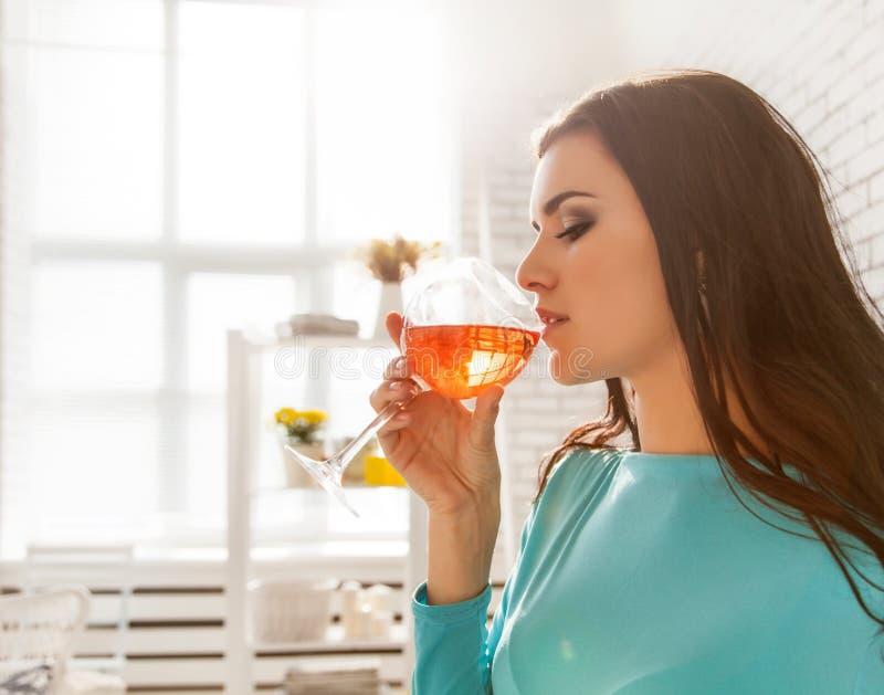 Piękna kobieta kosztuje szkło różany wino fotografia royalty free