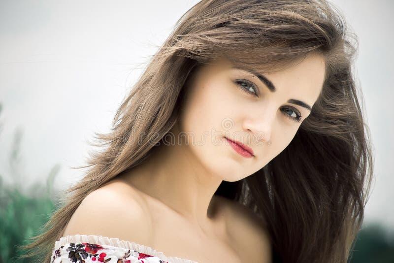 piękna kobieta Młoda ładna kobieta jest ubranym suknię w parka ou obraz stock
