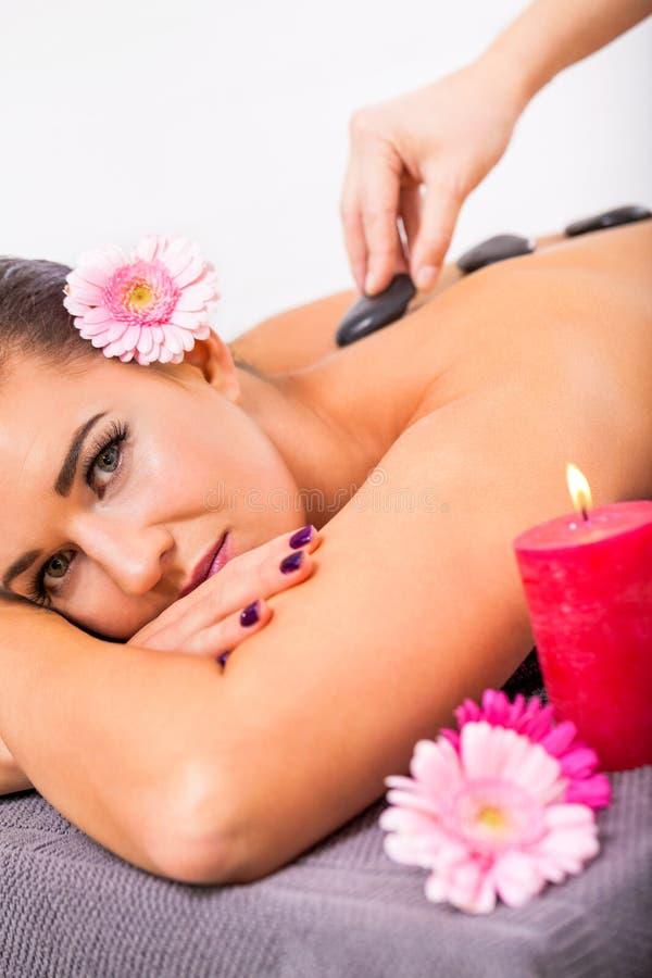 Piękna kobieta ma tylnego masaż obraz royalty free