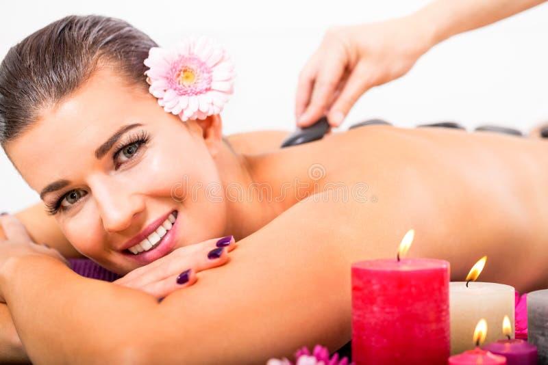 Piękna kobieta ma tylnego masaż fotografia stock
