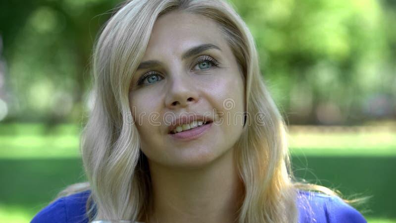 Piękna kobieta marzy w parku, doskonalić skóra zamknięta w górę, cosmetologist procedura zdjęcia stock