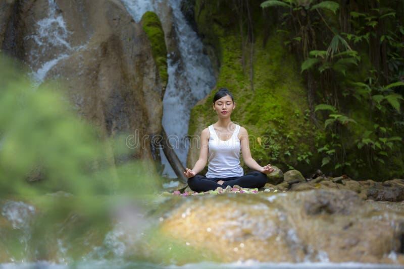 Piękna kobieta medytuje na kamieniu fotografia royalty free