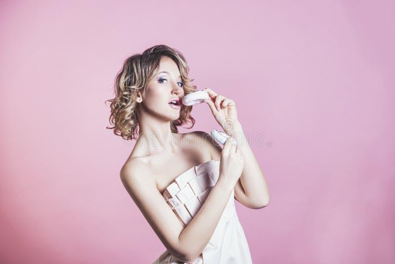 Piękna kobieta modela blondynki kobieta z pączkami z modą m obraz royalty free