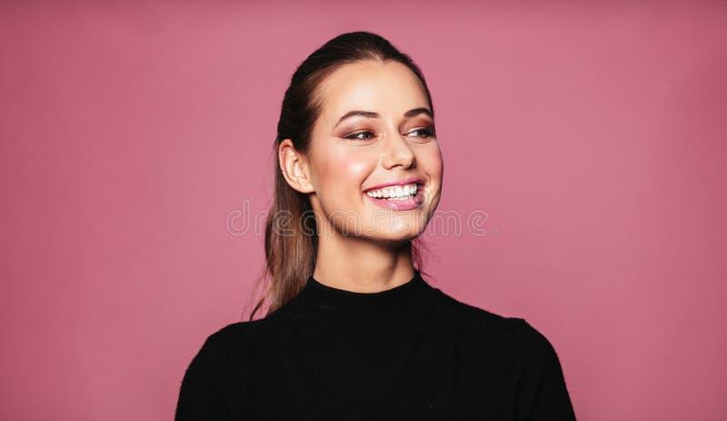 Piękna kobieta modela pozycja i ono uśmiecha się obraz stock