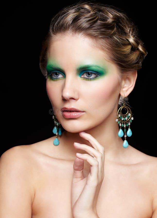 Piękna kobieta na czerni zdjęcia royalty free