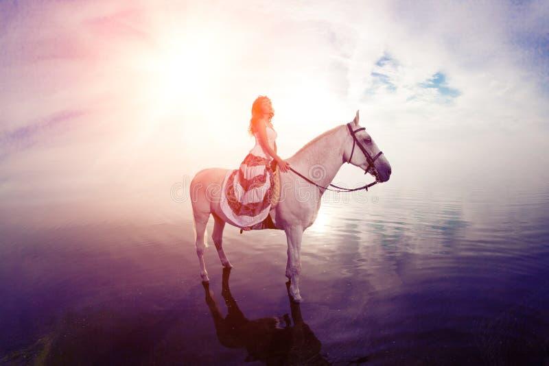 Piękna kobieta na koniu Horseback jeździec, kobieta jeździecki koń obraz royalty free
