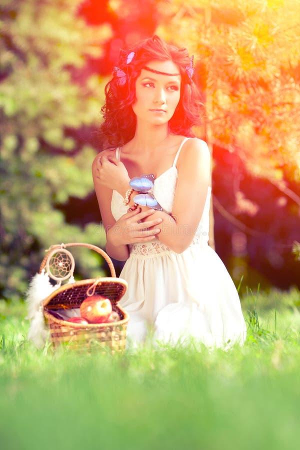 Piękna kobieta na pinkinie na naturze Piękna młoda dziewczyna Outdoo zdjęcia royalty free