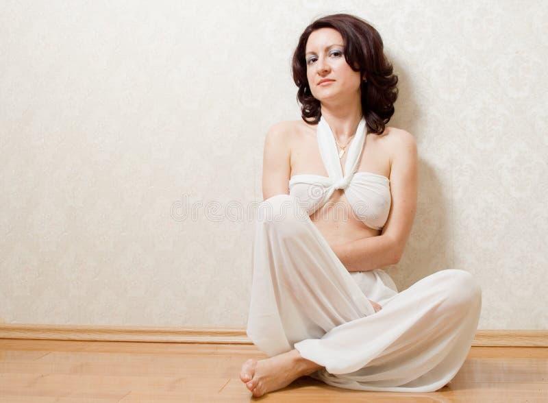 Piękna kobieta na podłoga zdjęcie royalty free