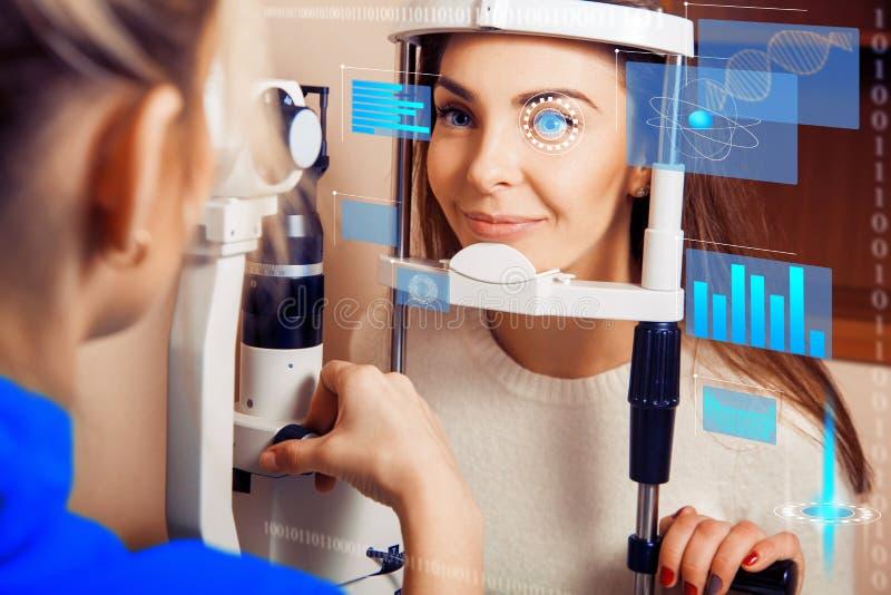Piękna kobieta na przyjęciu przy oftalmologiem sprawdza jej v obrazy stock