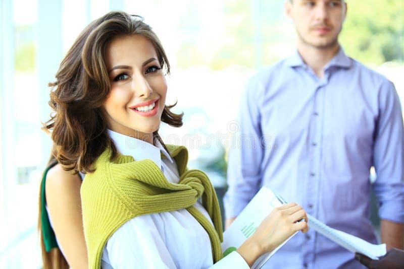 Piękna kobieta na tle ludzie biznesu zdjęcia royalty free