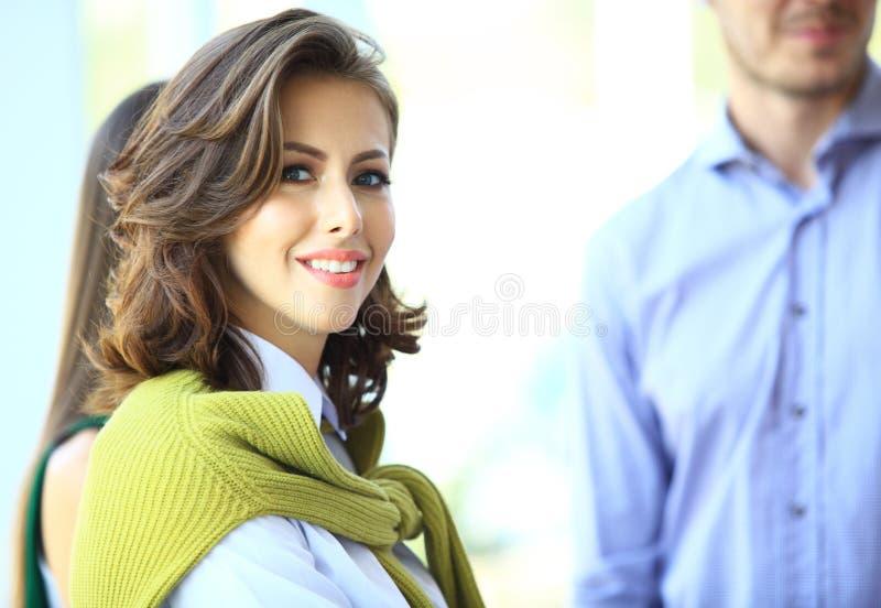 Piękna kobieta na tle ludzie biznesu zdjęcia stock