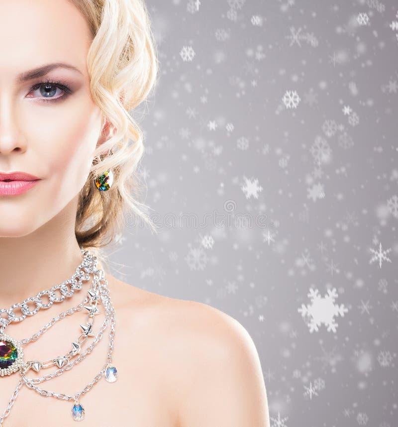 Piękna kobieta nad zimy tłem z śnieżnymi płatkami Bożenarodzeniowy pojęcie zdjęcie stock