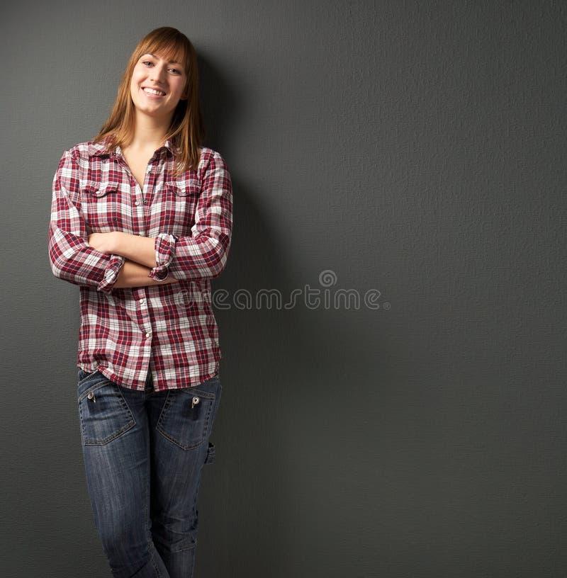 Piękna kobieta ono uśmiecha się na szarym tle zdjęcie stock