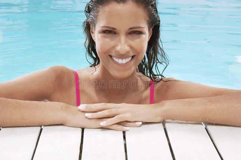 Piękna kobieta ono Uśmiecha się Przy Poolside obraz stock