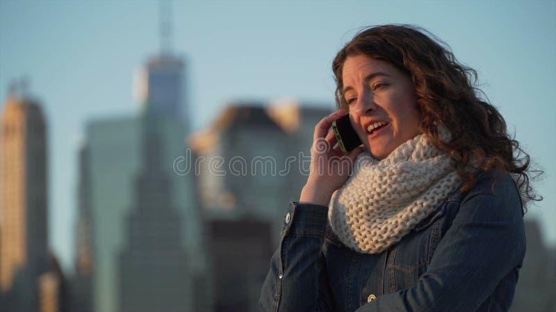 Piękna kobieta opowiada na telefonie zdjęcie wideo