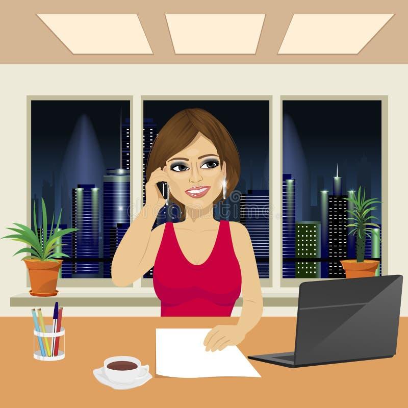 Piękna kobieta opowiada na telefonie w biurze ilustracja wektor