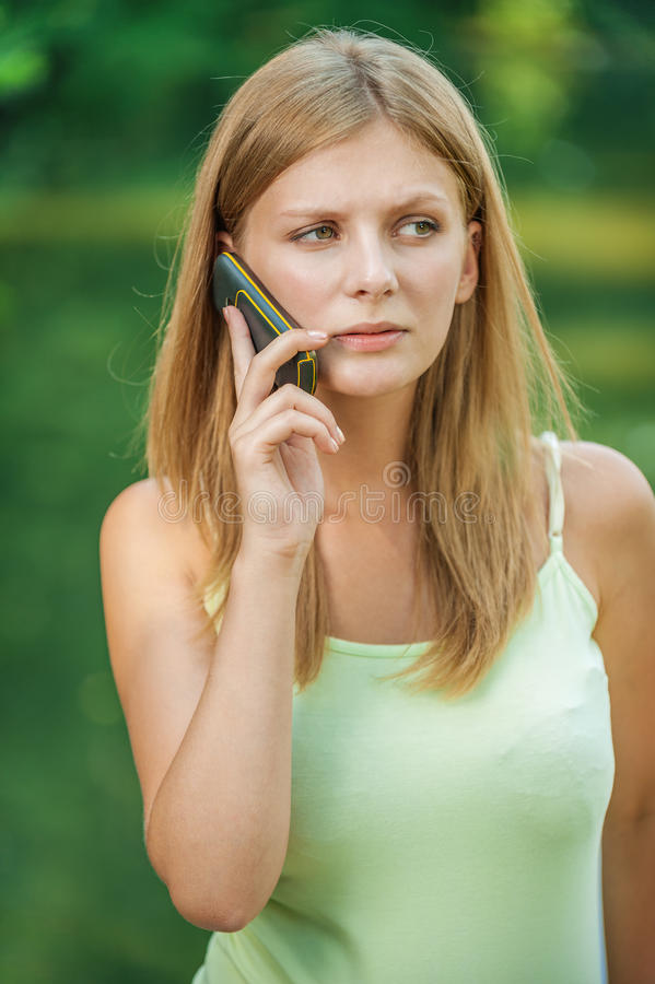 Piękna kobieta opowiada telefonem komórkowym obrazy stock