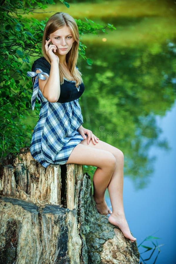 Piękna kobieta opowiada telefonem komórkowym zdjęcie stock