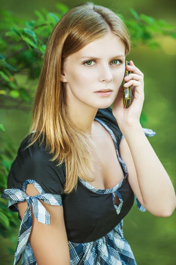 Piękna kobieta opowiada telefonem komórkowym zdjęcia royalty free