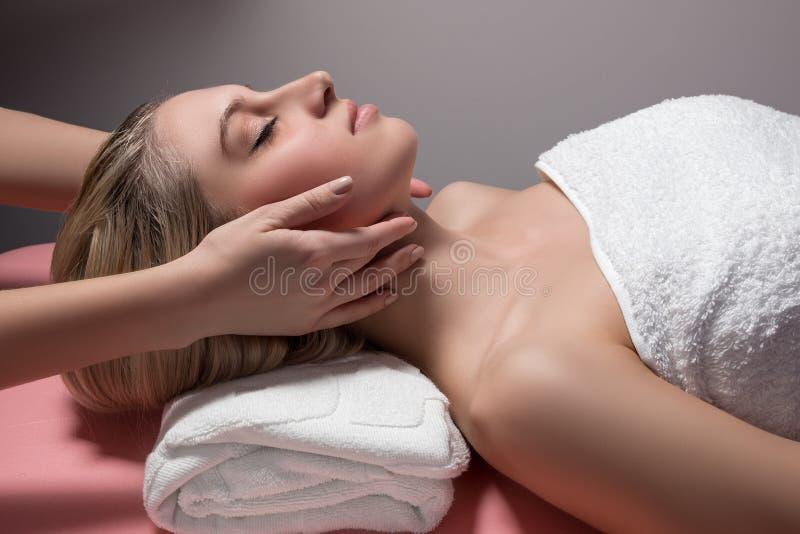 Piękna kobieta otrzymywa twarzowego masaż obraz royalty free