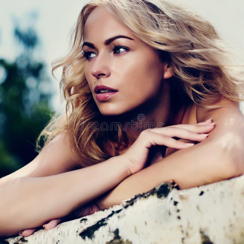 Piękna kobieta outdoors cieszy się naturę w sukni przy lato dwójniakiem fotografia royalty free