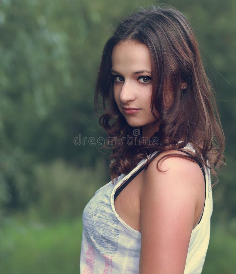 Piękna kobieta outdoors. Zbliżenie zdjęcie stock