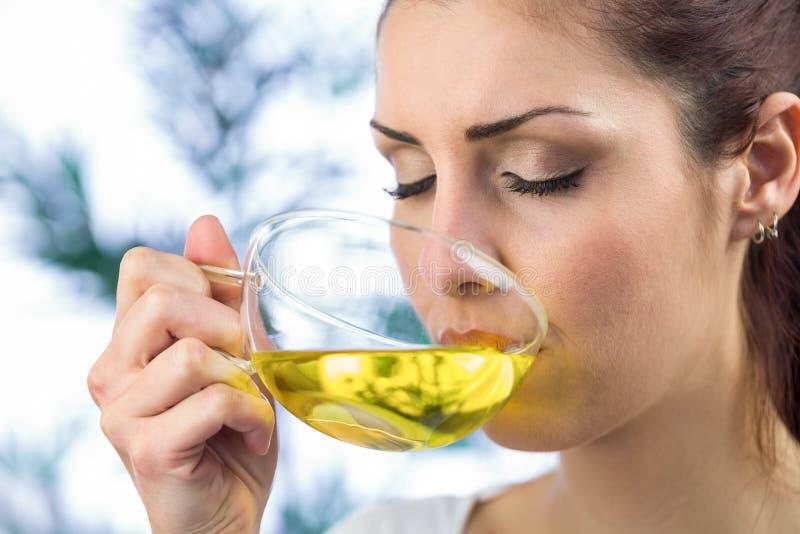 Piękna kobieta pije ziołowej herbaty fotografia stock