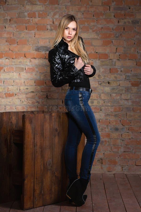 Piękna kobieta pozuje na ścianie zdjęcia stock