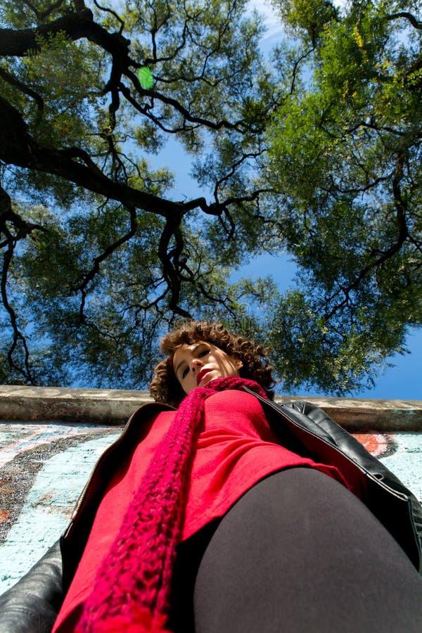 Download Piękna Kobieta Pozuje Z Błękitnymi Graffiti Obraz Stock - Obraz złożonej z samotnie, dziewczyna: 57658633