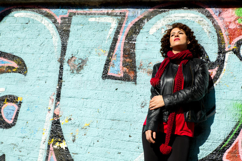 Piękna kobieta pozuje z błękitnymi graffiti zdjęcia royalty free