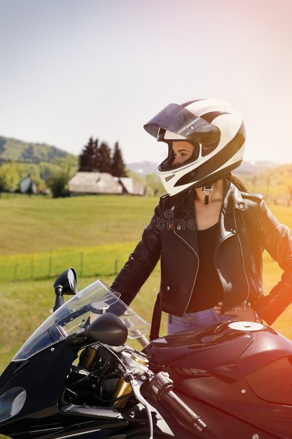 Piękna kobieta pozuje z motocyklem obrazy royalty free