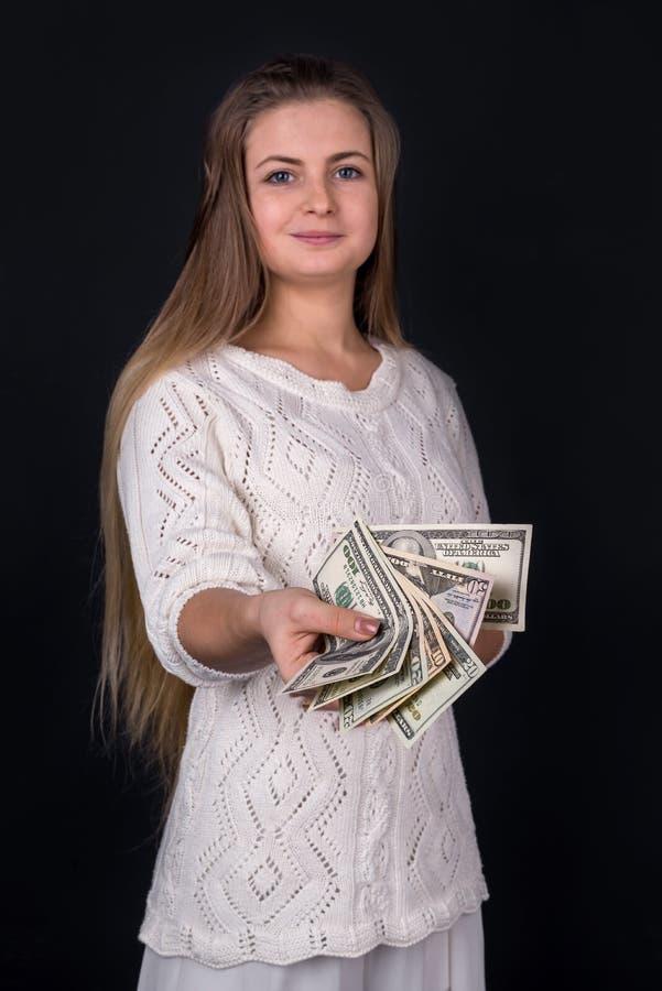 Piękna kobieta proponuje pieniądze lub łapówka odizolowywająca obraz royalty free