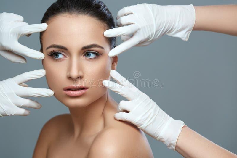Piękna kobieta przed chirurgii plastycznej operaci kosmetologią Jest zdjęcia royalty free