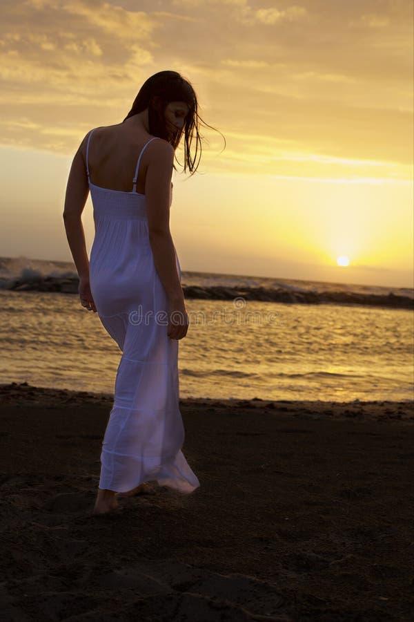 Piękna kobieta przed zmierzchem i ocean czuciową wolnością powietrzem i obraz royalty free