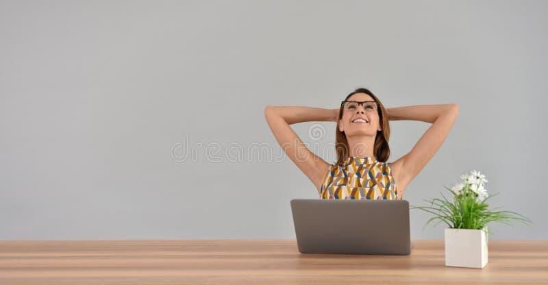 Piękna kobieta przy biurowym rozciąganiem zdjęcia stock
