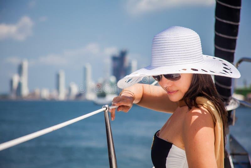 Piękna kobieta przy luksusową żaglówką w słonecznym dniu w Cartagena De Indias zdjęcie stock