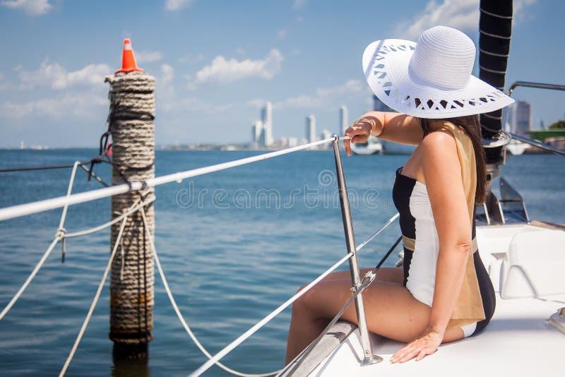 Piękna kobieta przy luksusową żaglówką w słonecznym dniu w Cartagena De Indias obraz royalty free