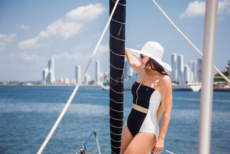 Piękna kobieta przy luksusową żaglówką w słonecznym dniu w Cartagena De Indias obrazy royalty free