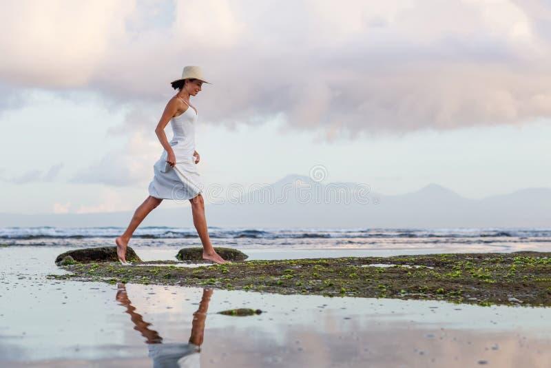 Piękna kobieta przy oceanie o zachodzie słońca fotografia royalty free