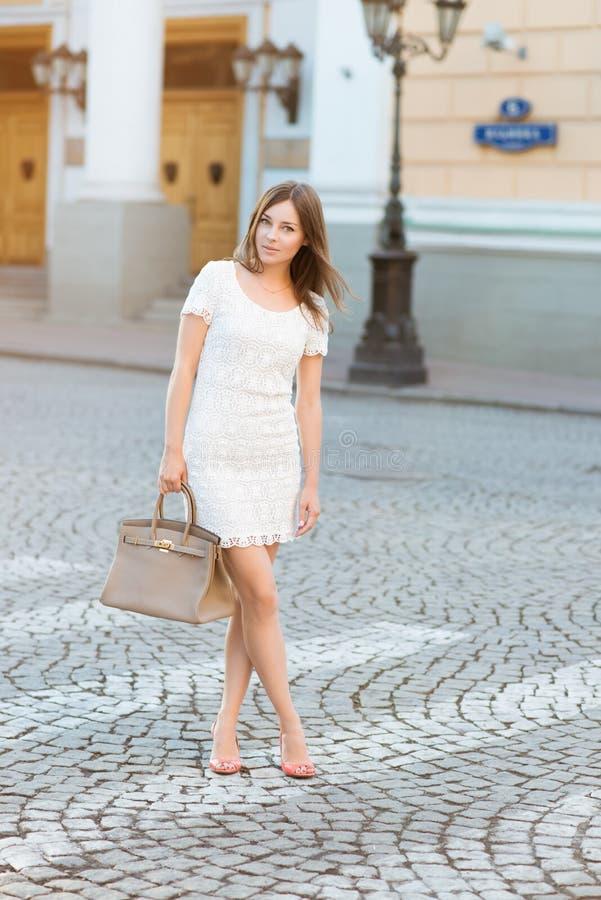 Piękna kobieta przy ulicznym rankiem zdjęcie royalty free